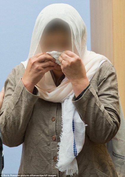 女兒偷避孕套被抓,父親親手將之掐死清理門戶