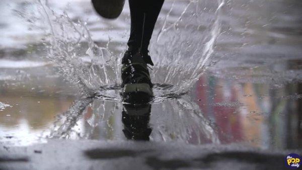 買新鞋沒注意到鞋底,下雨後「地上出現的印子」讓他嚇壞超傻眼!-thepopdaily.com